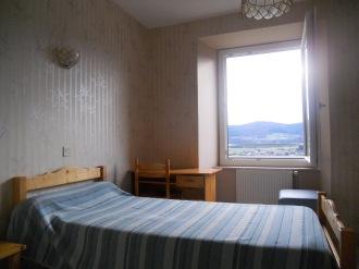 Une chambre individuelle à l'espace Jean-Pierre Médaille.