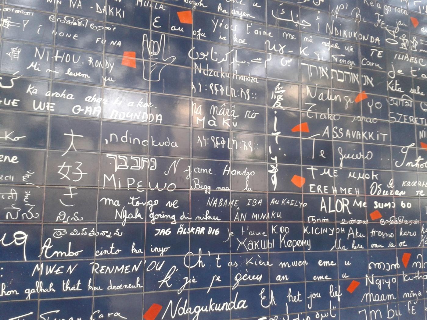 Le Mur des je t'aime. Œuvre murale de  311 « je t'aime » en 250 langues ! (Postée pour la semaine de la solidarité internationale)