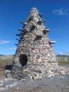Le dispositif évoque le rôle que joue probablement le Mont-Gerbier-de-Jonc, vestige d'une cheminée de volcan aux roches planes, à servir de piège à l'humidité atmosphérique.