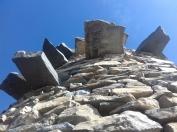 La tour est construite en phonolithes - la roche volcanique présente au Gerbier - inclinées vers un puits citerne. A l'exception de certains montants maçonnés, c'est une architecture en pierres sèches.